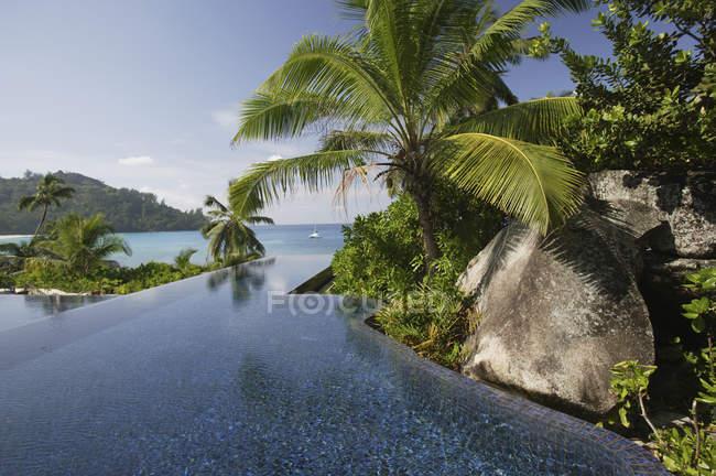 Piscina do Hotel da árvore de Banyan com o oceano no fundo, Anse Intendance, Mahe ', Seychelles — Fotografia de Stock