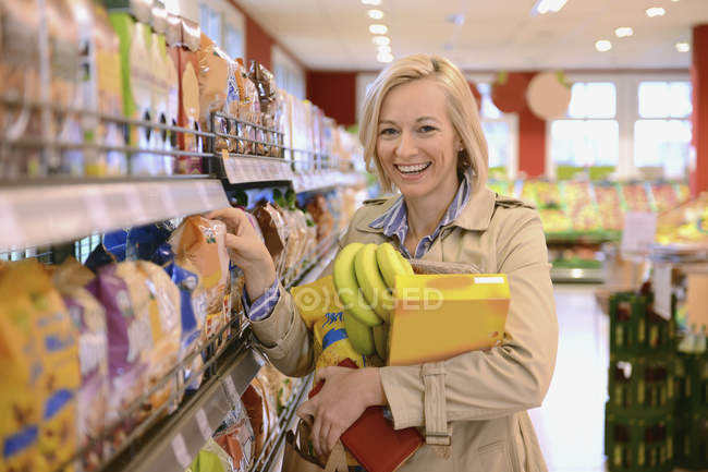 Woman shopping in an organic grocery store, portrait — Stock Photo
