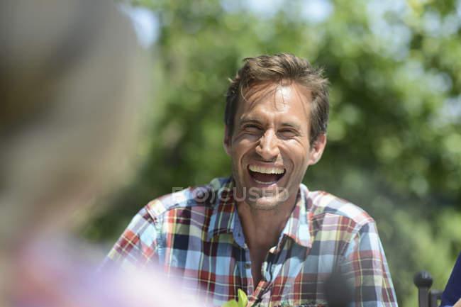 Vista frontale dell'uomo che ride con sfondo sfuocato — Foto stock