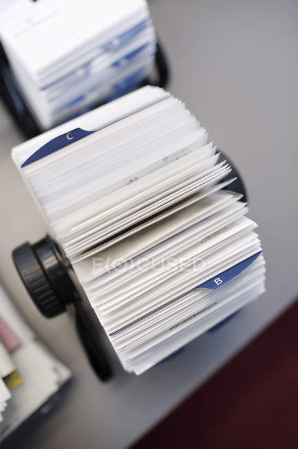 Cerrar vista rotatoria del titular de tarjeta con las etiquetas de alfabeto en la mesa - foto de stock