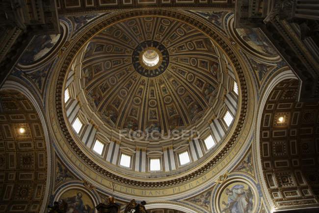 Низький кут зору багато прикрашений купол з розписом — стокове фото