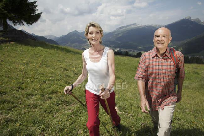 Vorderansicht des Älteres Paar mit Rucksäcken auf Bergweg Wandern — Stockfoto