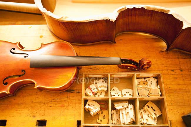 Ansicht von oben Teile einer Violine gemacht — Stockfoto