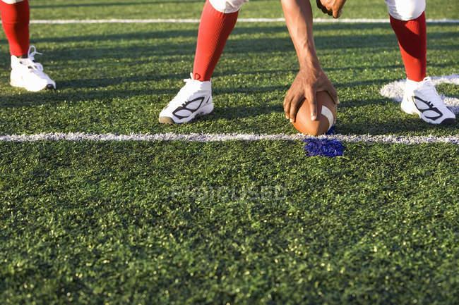 Mano masculina con la bola en la línea de golpeo durante el juego - foto de stock