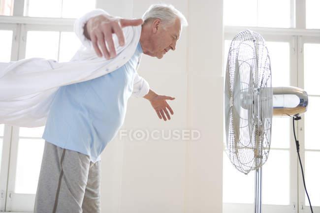 Ältere Mann mit ausgestreckten Armen — Stockfoto