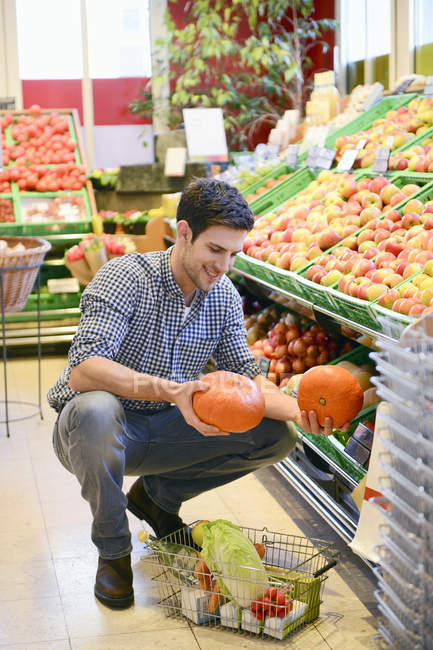 Man shopping in an organic grocery store — Stock Photo