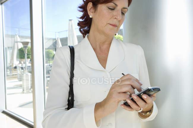 Vista frontal da empresária com organizador eletrônico — Fotografia de Stock