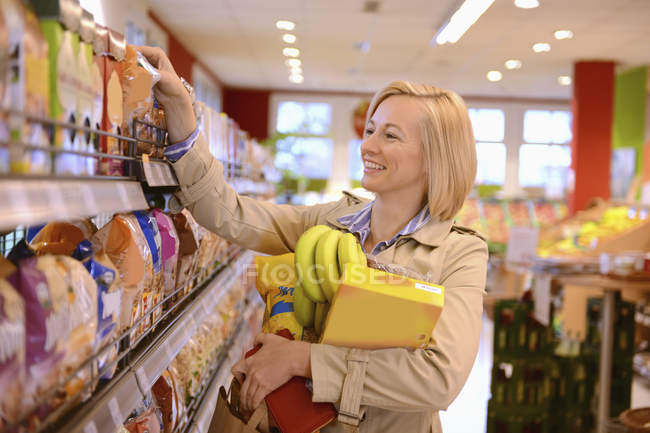 Woman shopping in an organic grocery store — Stock Photo