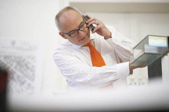 Homem falando no telefone celular — Fotografia de Stock