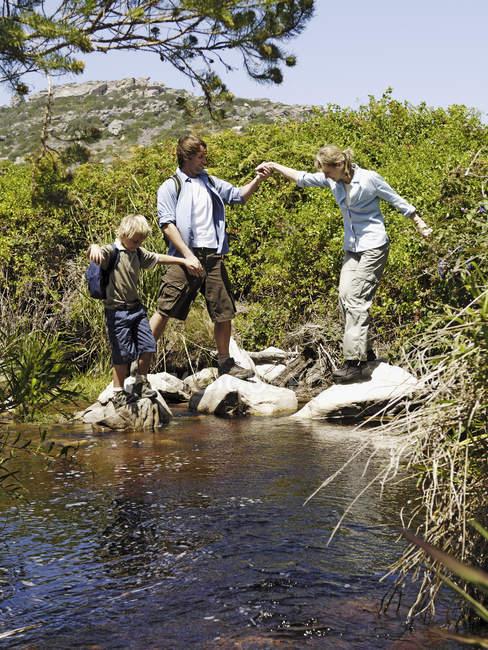 Famiglia sul viaggio a flusso escursionistico — Foto stock