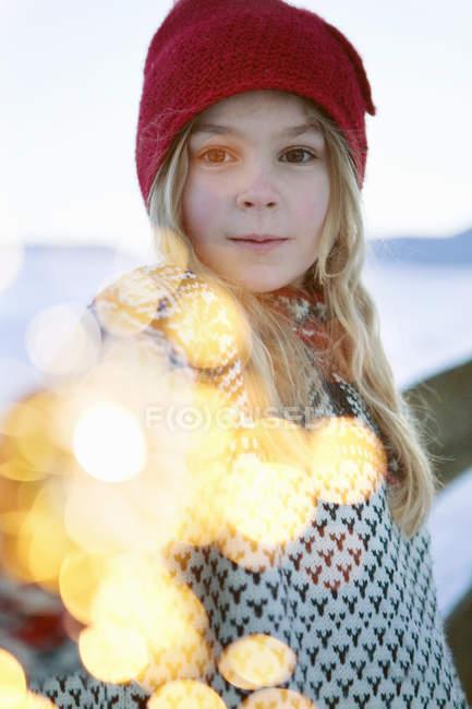 Ragazza che tiene sparkler con sfondo sfuocato — Foto stock