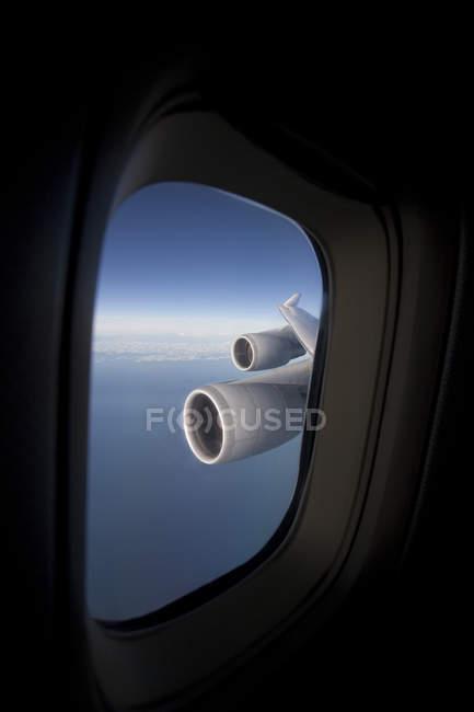 Вид двигателя и крыло на коммерческом самолете — стоковое фото