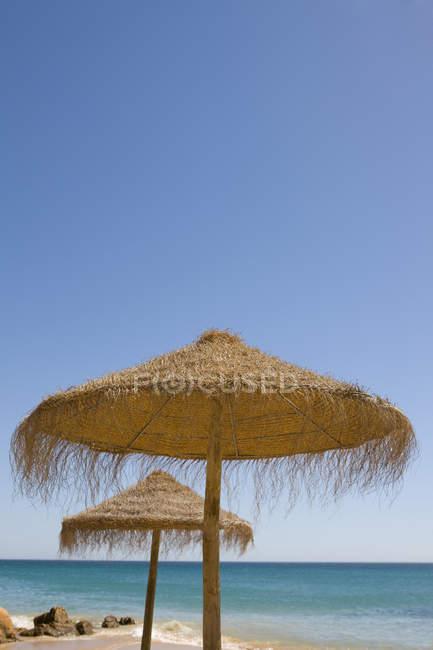 Пляжные зонтики на пляже — стоковое фото