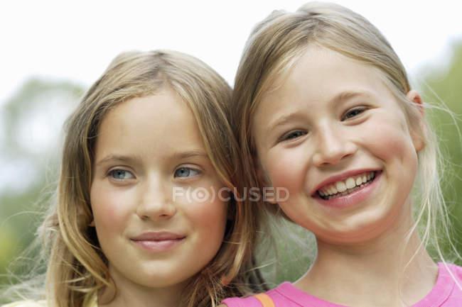Young happy girls outdoors, portrait — Fotografia de Stock