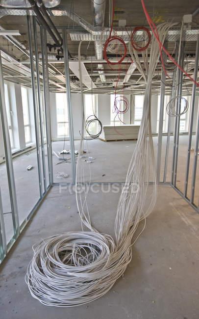 Bobina de cables blanco marco de aluminio en salón en construcción - foto de stock