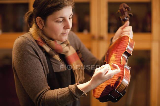 Luthier en vérifiant l'instrument en atelier — Photo de stock