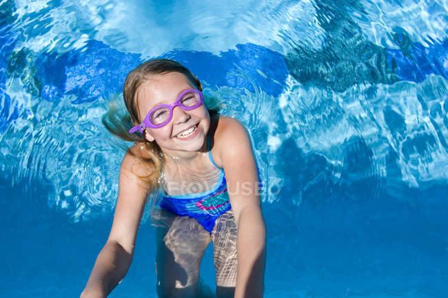 0b595010fd3b0 Junges Mädchen in Brille spielen im Schwimmbad — glücklich, lächelnd -  Stock Photo | #171357678