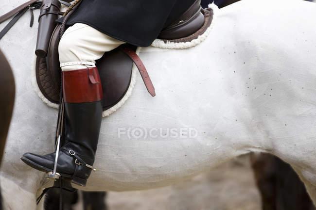 Cortar a imagem da perna de pilotos na bota a cavalo — Fotografia de Stock