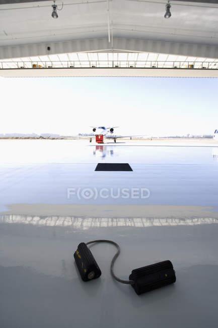 Avião na pista brilhante — Fotografia de Stock