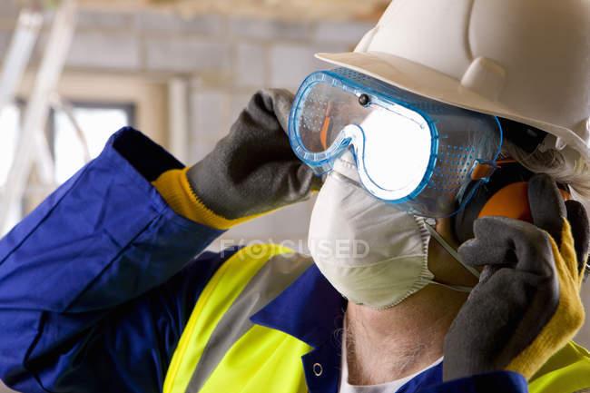 Man wearing protective mask — Stock Photo