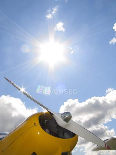 Elica di aeroplano sopra il cielo — Foto stock