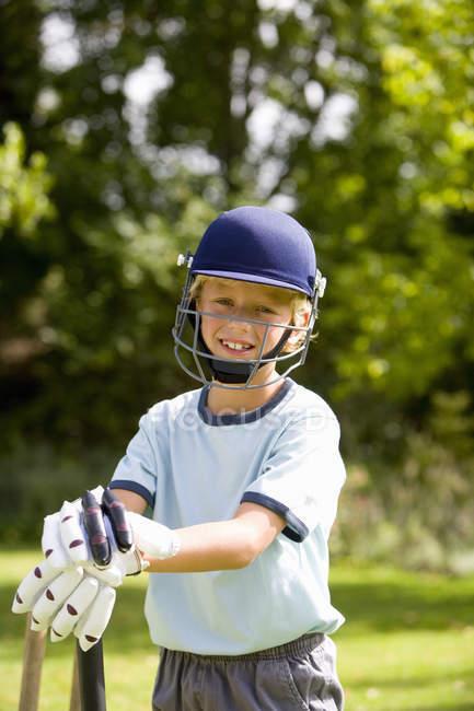 Фронтальний вид хлопчик грає крикет — стокове фото
