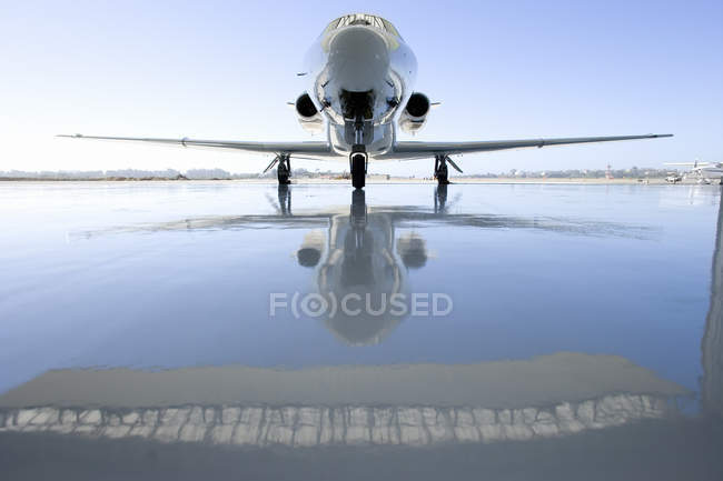 Private Flugzeug auf der Piste — Stockfoto