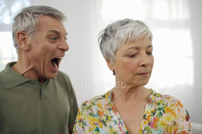 Старший мужчина, кричать на старших женщина — стоковое фото