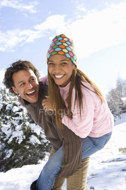 Retrato de pareja feliz mestizaje de nieve - foto de stock