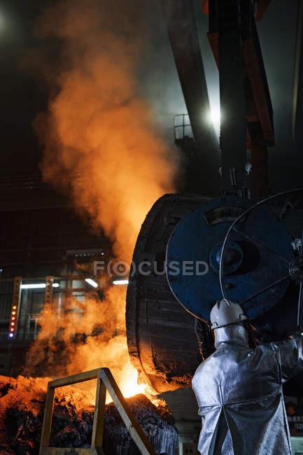 Trabajador en verter Metal fundido en la fundición de la ropa de protección - foto de stock