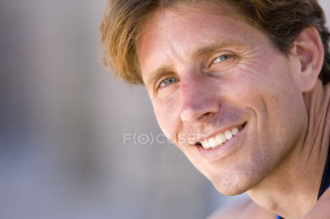 Front view of man smiling and looking at camera — Stock Photo
