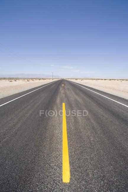 Пустой пустыни дорога — стоковое фото