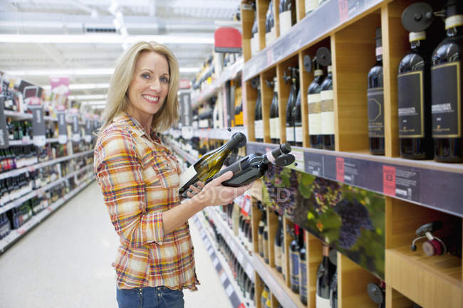 Front View Of Woman Choosing Wine In Supermarket — Stock Photo