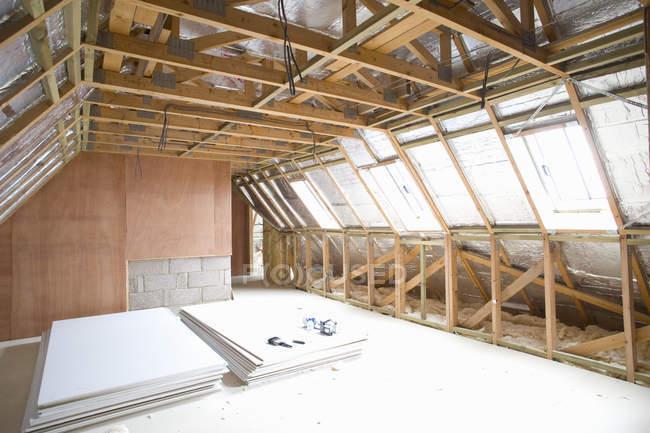 Haufen von Sperrholz im Dachgeschoss — Stockfoto