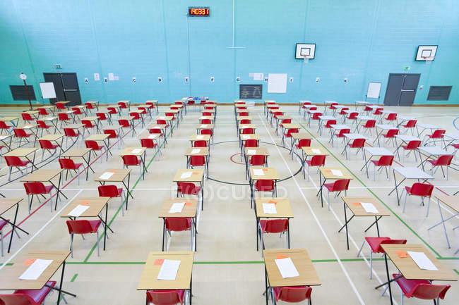 Linhas de mesas com papéis de teste — Fotografia de Stock