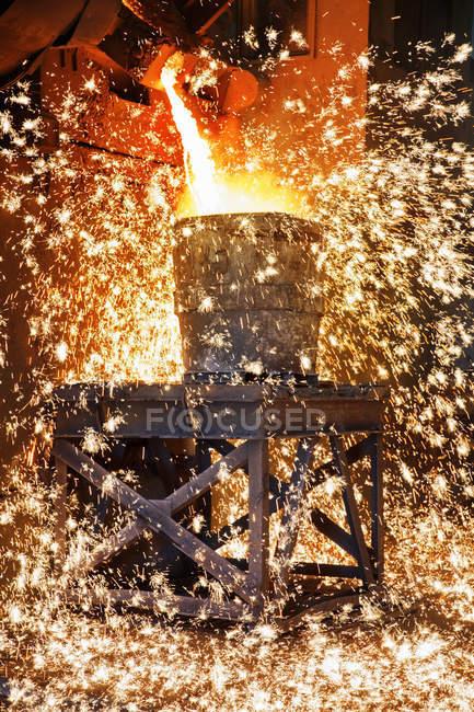 Lluvia de chispas, Metal fundido se vierte en fundición de acero - foto de stock