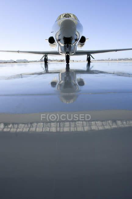 Aeroplane on runway at hangar — Stock Photo
