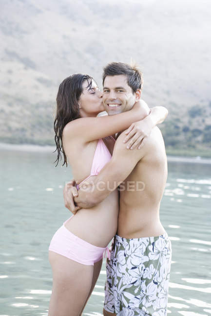 Un couple embrassant en vacances — Photo de stock