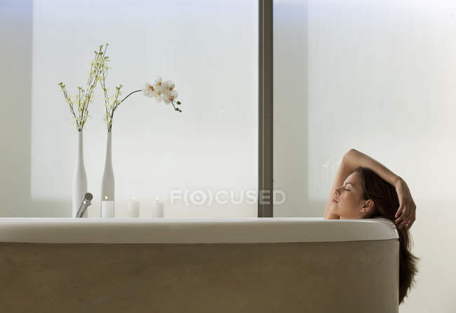 A young woman in the bath — Stock Photo