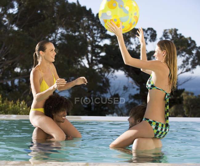 Quattro amici adolescenti che hanno divertimento in una piscina — Foto stock
