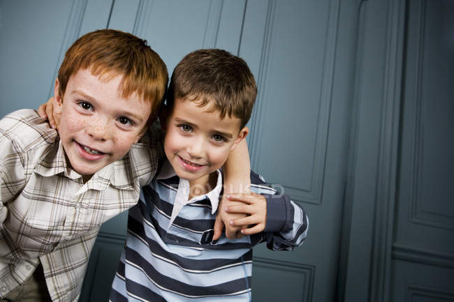 Two boys with arms around each other's shoulders — Stock Photo