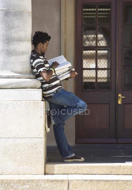 Ein Buch in der Nähe von University student — Stockfoto