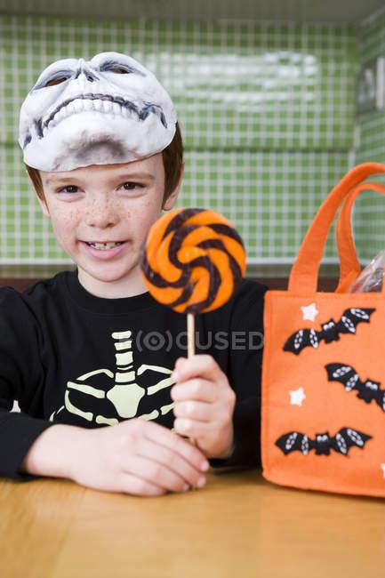 Petit garçon avec astuce ou friandise bonbons — Photo de stock