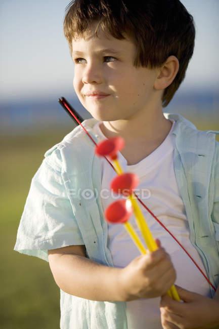 Хлопчик з іграшку лук і стріли — стокове фото