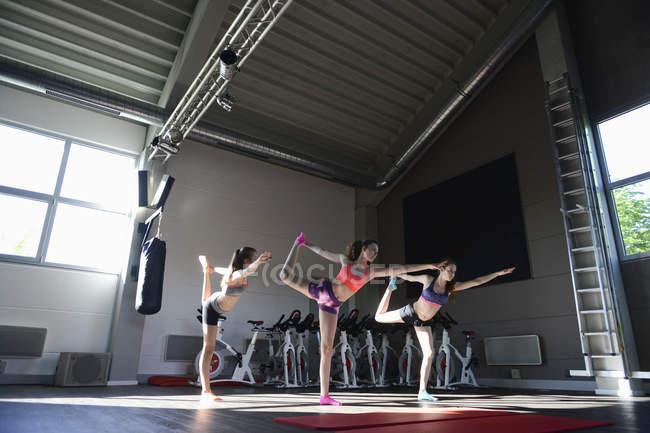 Adolescenti ragazze in yoga posa in palestra — Foto stock