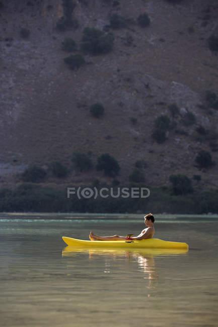 Un homme se détendre dans un canot — Photo de stock