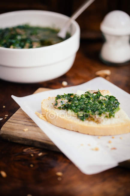 Тосканской crostini с сыром пекорино, Чард и анчоусами — стоковое фото