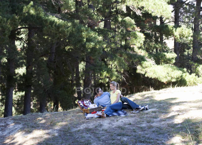 A young couple having a picnic — Stock Photo