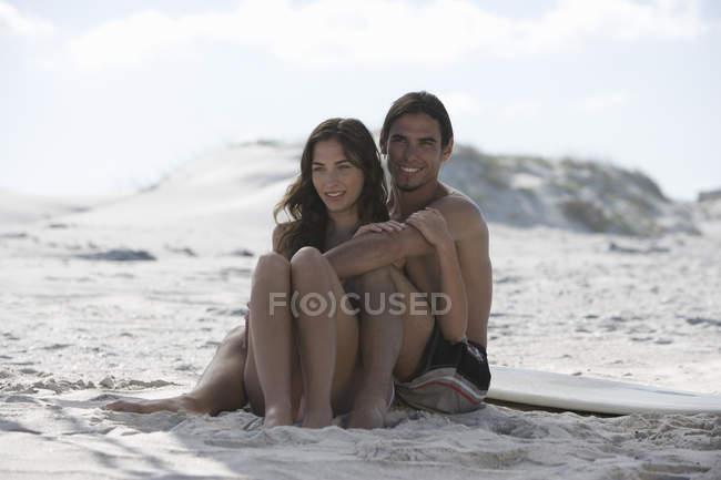 Молода пара на пляжі — стокове фото