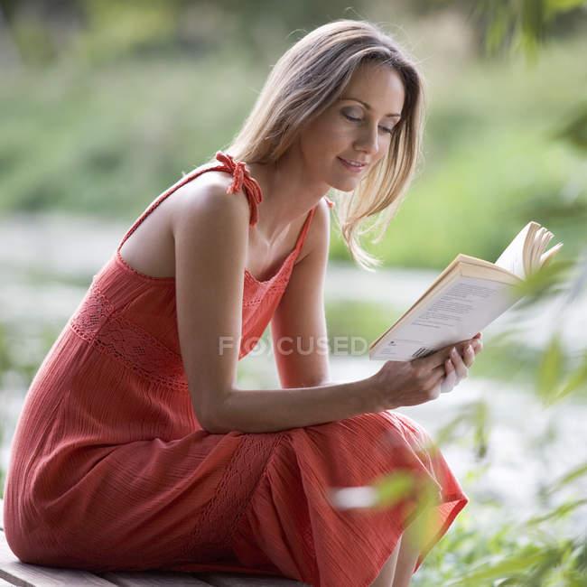 Junge frau, ein buch zu lesen — Stockfoto